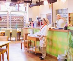 森の芽ぶきたまご舎 レストランで勤務中の従業員イメージ写真
