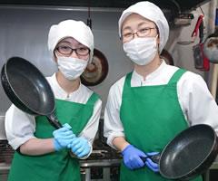 森の芽ぶきたまご舎 レストランで調理する従業員イメージ写真